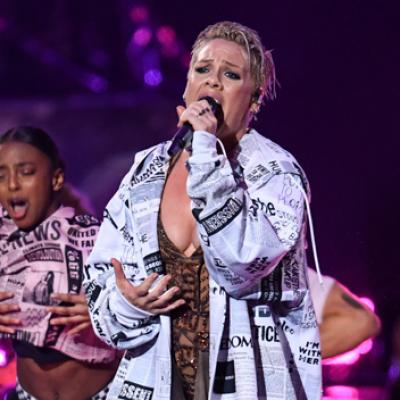 pink-performance-brit-award